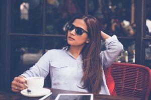 Jeune femme à la terrasse d'un café